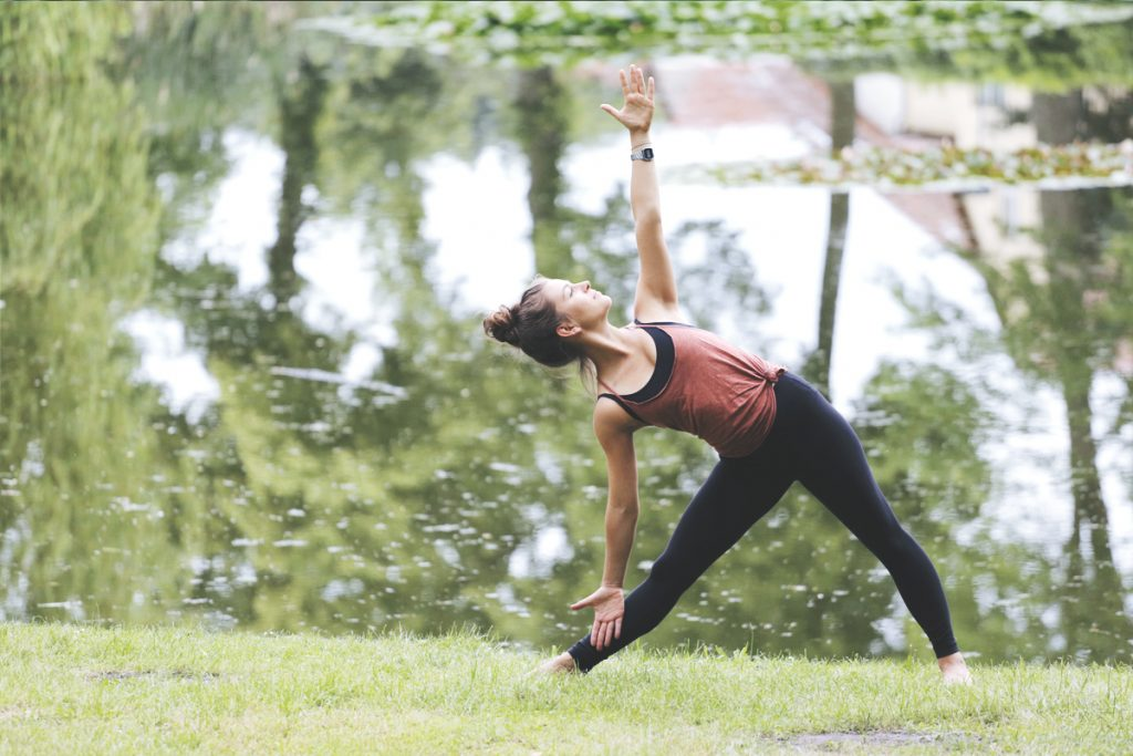 trikonasana_dreieick_yoga_outdoor_lake
