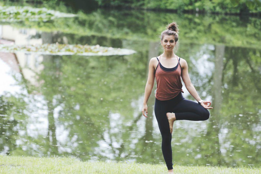 yoga_baum_treepose_lake_mady