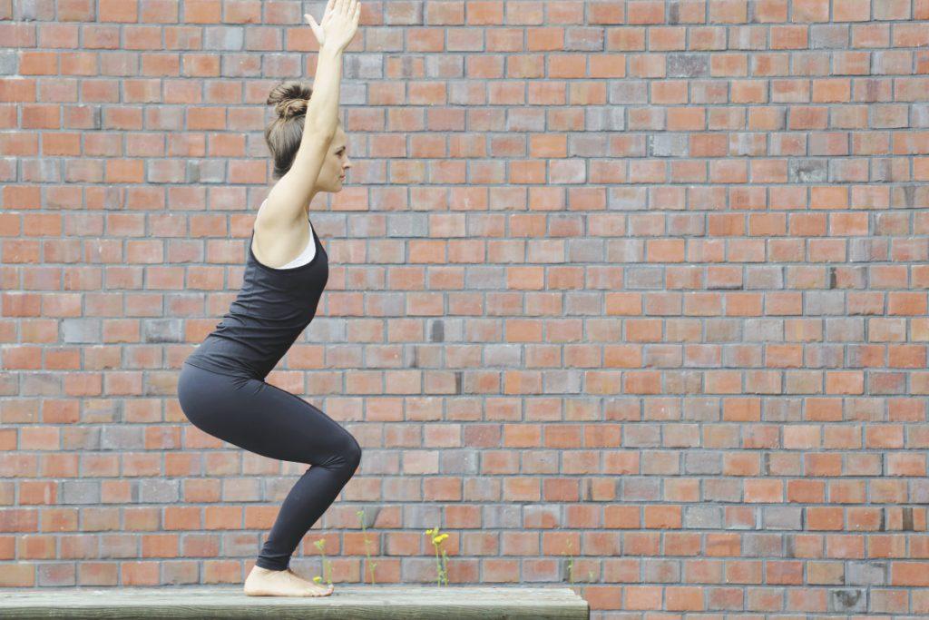 utkatasana_yoga_stuhl_mady_morrison