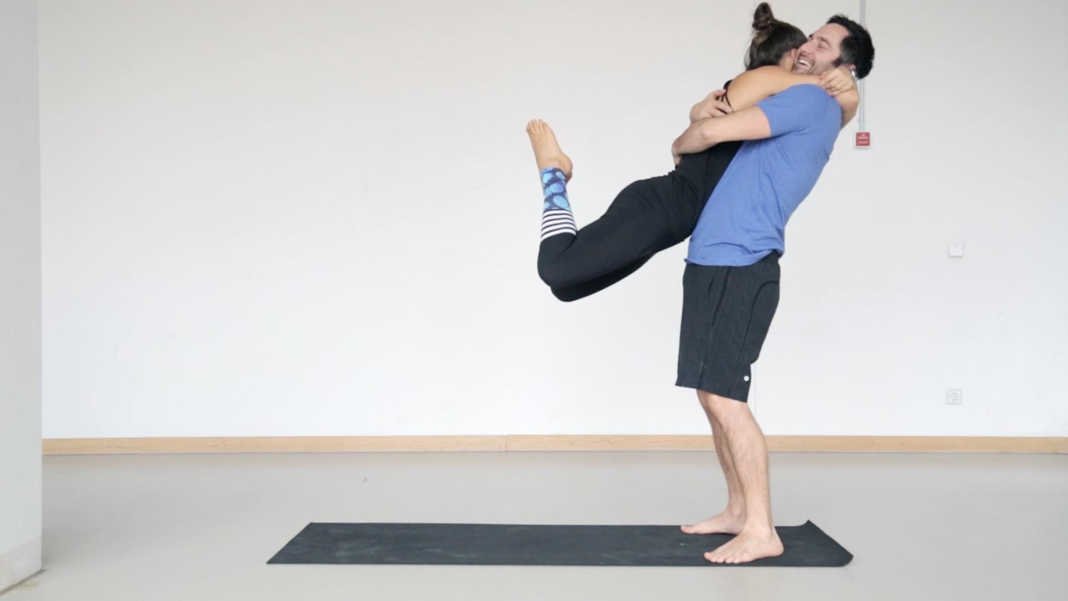 Acro Yoga für Anfänger   So einfach geht Fliegen - Mady ...
